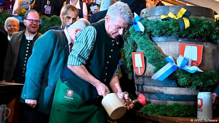 افتتاحگر رسمی جشن اکتبر شهردار مونیخ است. باز کردن یک بشکه آبجو بهدست شهردار یکی از رسوم مهم جشن اکتبر است. جشن اکتبر ضیافتی است برای عاشقان آبجو.