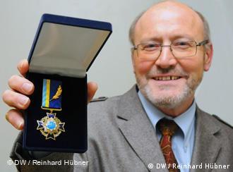 Прокурор Райнгард Хюбнер з орденом За заслуги. Фото Франца Меллера