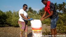 Mosambikaner nehmen den World Cleanup Day teil in Inhambane