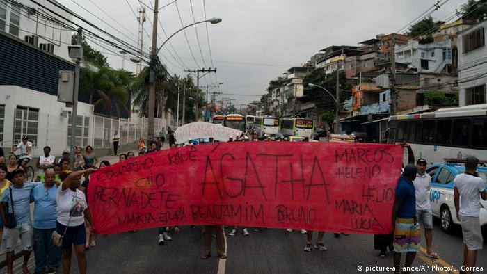 Manifestantes erguem faixa durante protesto após a morte de Ágatha Félix, no Rio