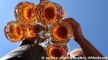 21.09.2019, Bayern, München: Auftakt zum Oktoberfest. Eine Bedienung trägt Bier im Außenbereich eines Festzeltes. Das größte Volksfest der Welt dauert bis zum 6. Oktober. Foto: Karl-Josef Hildenbrand/dpa | Verwendung weltweit