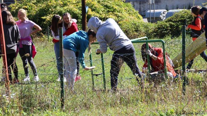 Mladi za mir uređuju jedno dečije igralište u Srebrenici