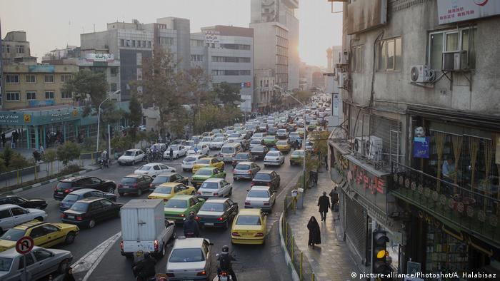 Iran Teheran Stau im Autoverkehr (picture-alliance/Photoshot/A. Halabisaz)