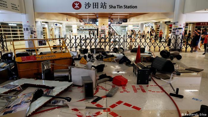 Polisin alışveriş merkezine girmesini engellemek isteyen göstericiler barikat kurdu.