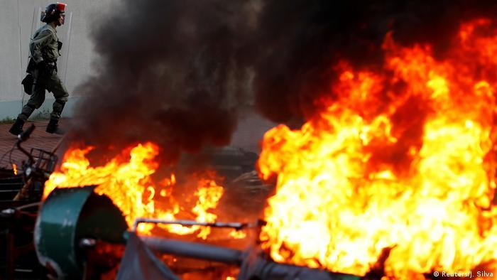 Polisle çatışan göstericiler kurdukları barikatları ateşe verdi.