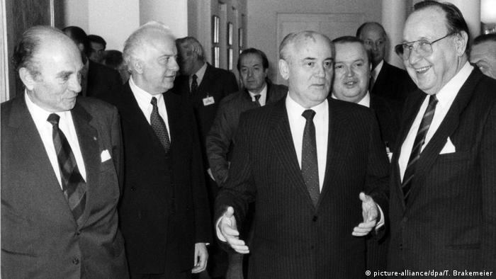 Во время визита Михаила Горбачева. Также на фотографии Ханс-Дитрих Геншер (справа), Эдуард Шеварднадзе и Отто Ламбсдорф (слева)