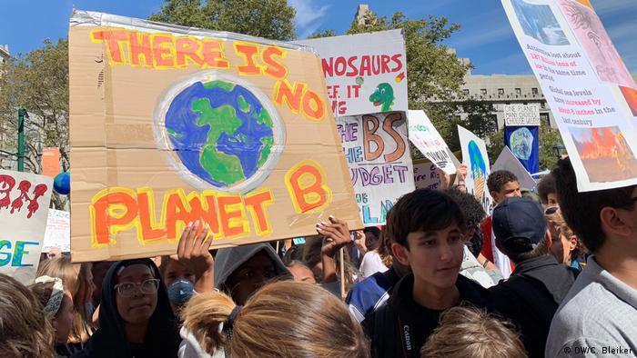 Escolares protestam pelo clima, segurando uma placa que diz 'Não existe planeta B'