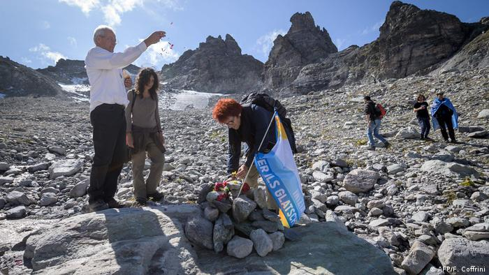 People take part in a symbolic farewell ceremony to mark the death of the Pizol glacier (AFP/F. Coffrini)
