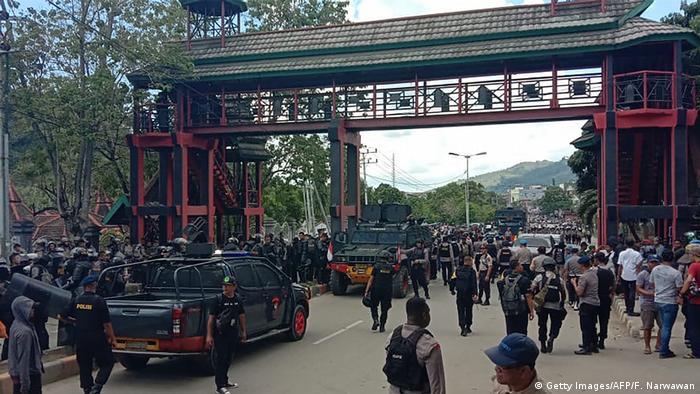 Indonesien Papua Unruhen in Wamena (Getty Images/AFP/F. Narwawan)
