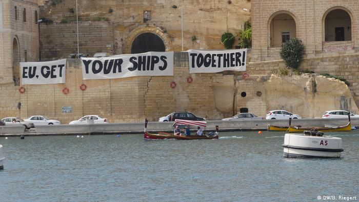 Активисты приветствовали участников встречи глав МВД на Мальте плакатами, призывающими активизировать усилия по спасению на море