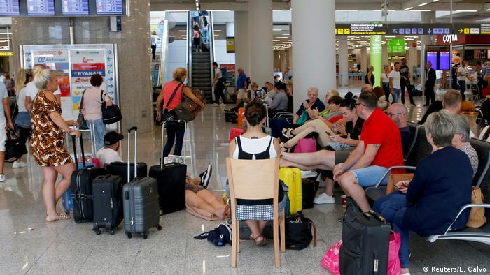 Thomas Cook Passagiere am Flughafen Palma de Mallorca (Reuters/E. Calvo)