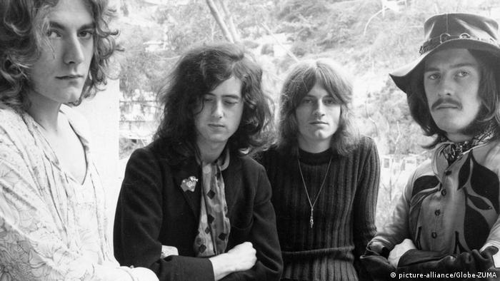 Os quatro membros da banda Led Zeppelin em foto preto e branco