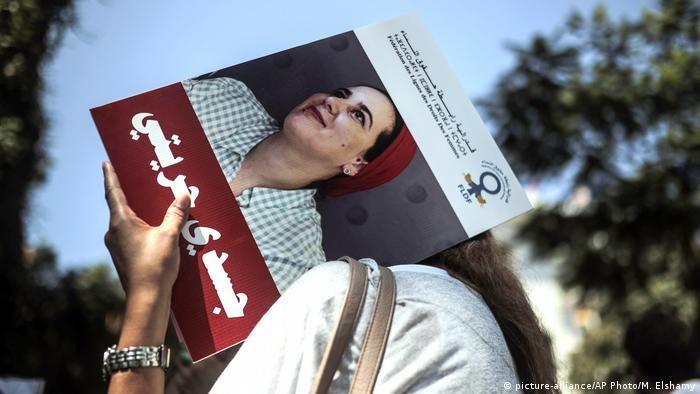 Demonstrators hold up a picture of detained journalist Hajar Raissouni (picture-alliance/AP Photo/M. Elshamy)