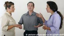 Frauen und Mann streiten sich, Frauen streiten um einen Mann, Eifersucht, jemandem eine Szene machen   Verwendung weltweit