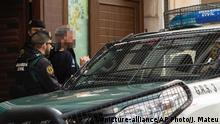 A man is detained by Spanish Guardia Civil officers in Sabadell (picture-alliance/AP Photo/J. Mateu)
