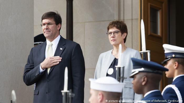 Deutschland | Annegret Kramp-Karrenbauer trifft US-Verteidigungsminister Esper in Berlin (picture-alliance/dpa/Department of Defense/L. Ferdinando)