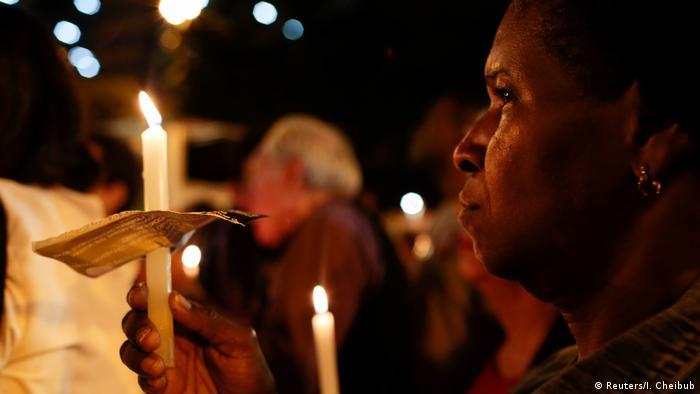 Mulher protesta contra a violência policial no Complexo do Alemão, no Rio