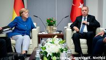 23.09.2019, USA, New York: Bundeskanzlerin Angela Merkel (CDU) trifft Recep Tayyip Erdogan, Staatspräsident der Türkei, am Rande des UN-Klimagipfels bei den Vereinten Nationen. Die Vereinten Nationen erwarten mehr als 60 Staats- und Regierungschefs, die in kurzen, maximal drei Minuten langen Ansprachen konkrete, neue Pläne zur Reduzierung des CO2-Ausstoßes präsentieren sollen. Foto: Kay Nietfeld/dpa | Verwendung weltweit