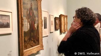 Besucherin Ada Markovitz-Ottervanger in der Ausstellung Fateful choices: Art from the Gurlitt Trove