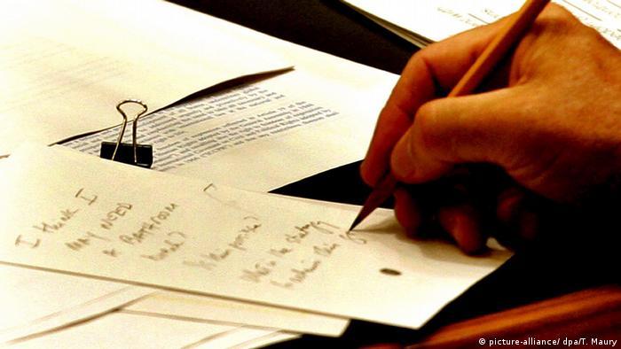 UN Generalversammlung 2005 George W. Bush Notiz (picture-alliance/ dpa/T. Maury)