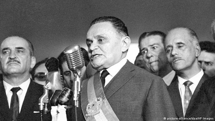 Humberto Castello Branco ao microfone