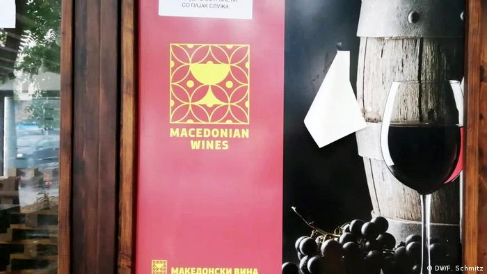 A sign in North Macedonia advertising Macedonian wine (DW/F. Schmitz)