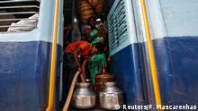 Indien Kinder fahren weite Strecken mit dem Zug, um Wasser zu holen