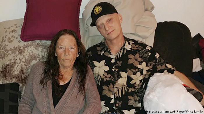 Im Iran gefangener US Navy Veteran Michael R. White mit seiner Mutter Joanne White (picture-alliance/AP Photo/White family)