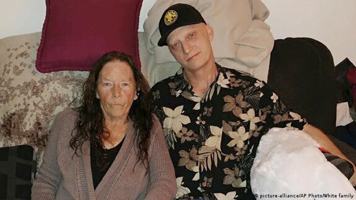 مایکل وایت، زندانی آزاد شده آمریکایی در کنار مادرش