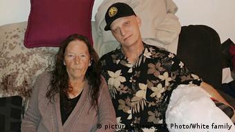مایک وایت، زندانی سابق آمریکایی در ایران در کنار مادرش