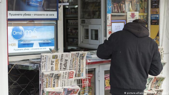 Бугарски весници на продажба во киоск во Софија