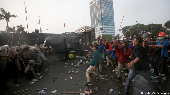 Indonesien Jakarta | Studentenproteste vor dem Parlament (Reuters/W. Kurniawan)