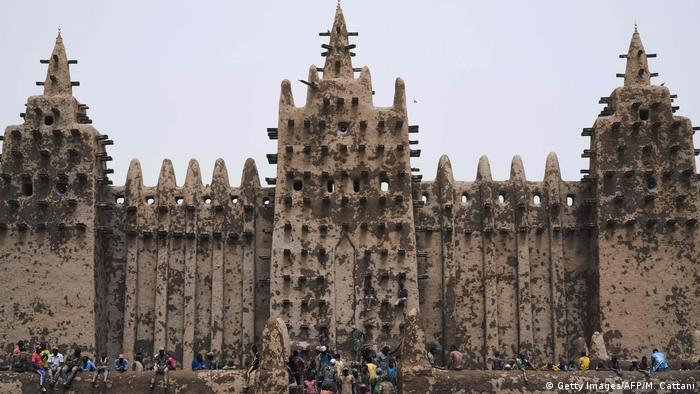People sit in front of the Great Mosque of Djenne, Mali (Getty Images/AFP/M. Cattani)