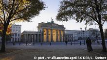 Deutschland Das Brandenburger Tor im Herbst