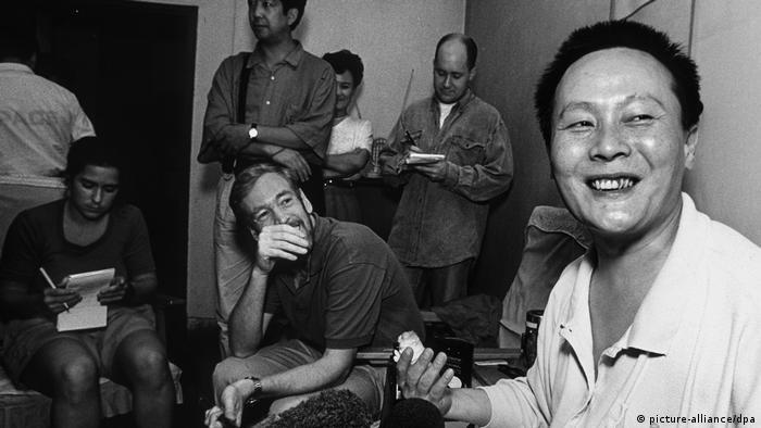 Wei Jingsheng im Gespräch mit Journalisten (picture-alliance/dpa)