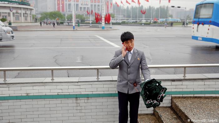 Nordkorea Mann mit Handy in Pyongyang