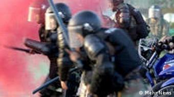 صحنهای از حمله نیروهای نظامی به تظاهرکنندگان، تهران ۱۳۸۸
