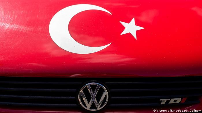 Türkische Flagge auf Motorhaube T3-Bus von Volkswagen