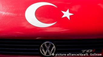 Türkische Flagge auf Motorhaube T3-Bus von Volkswagen (picture-alliance/dpa/S. Gollnow)