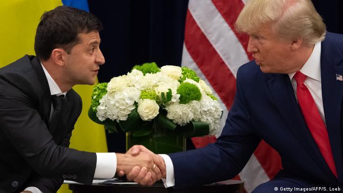 Президент Украины Владимир Зеленский и президент США Дональд Трамп жмут руки