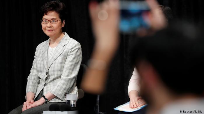 Hongkong | Carrie Lam während Gesprächsrunde im Queen Elizabeth Stadium (Reuters/T. Siu)