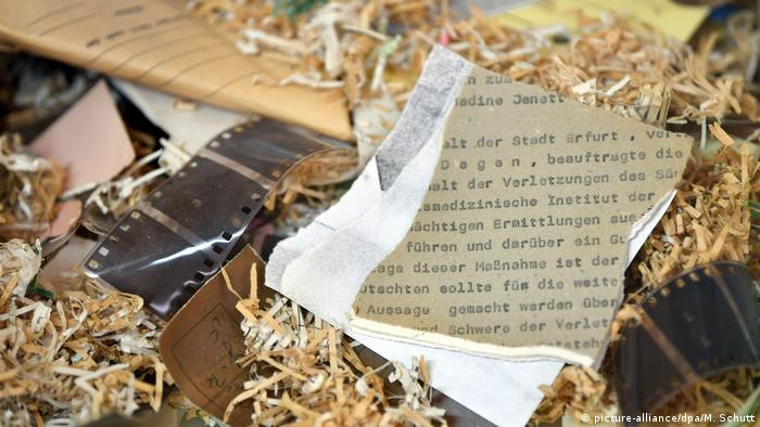Shredded Stasi Files (picture-alliance/dpa/M. Schutt)