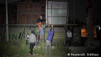 Barrikaden und Bandstracheldraht im unruhigen Kaschmir