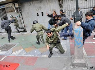 در پی کشته شدن چند شهروند تهرانی، مردم خشمگین به درگیری تن به تن با نیروهای امنیتی روی آوردهاند