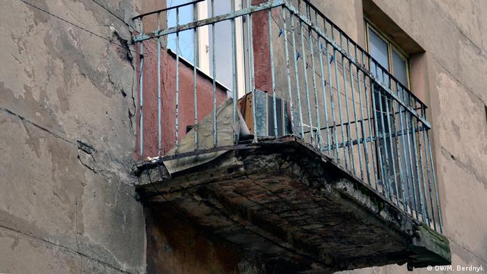 Баян на балконі полишеного будинку на околиці Золотого