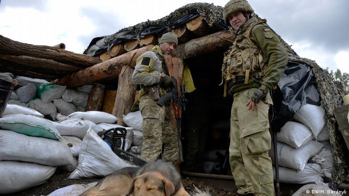 Украинские военные перед блиндажом