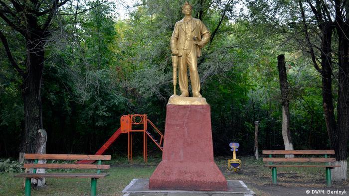Золотой памятник шахтеру в Золотом