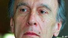Der kuenstlerische Leiter der Berliner Philharmoniker, Claudio Abbado, aufgenommen in Berlin am 23. April 2001. Schnell konnte Abbado aus dem scheinbar uebermaechtigen Schatten von Vorgaengern wie Herbert von Karajan oder Wilhelm Furtwaengler treten, nachdem er im Oktober 1999 sein Amt antrat. Sobald der Italiener den Taktstock in die Hand nahm, war das Publikum in seinen Bann gezogen. (AP Photo/Roberto Pfeil) --zu unserem Korr--