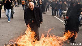 مردم برای مقابله با گاز اشکآور سطلهای زباله را آتش زدند