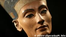 ARCHIV- The Nefertiti bust is pictured during a press preview of the exhibition 'In The Light Of Amarna' at the Neues Museum (New Museum) in Berlin, Germany, 05 December 2012 due to the 100th Anniversay of the discovery of the bust of the Nefertiti. EPA/MICHAEL SOHN / POOL (zu dpa Was ist hinter der Nordwand? - Suche nach dem Sarkophag der Nofretete vom 25.09.2015) +++(c) dpa - Bildfunk+++ |
